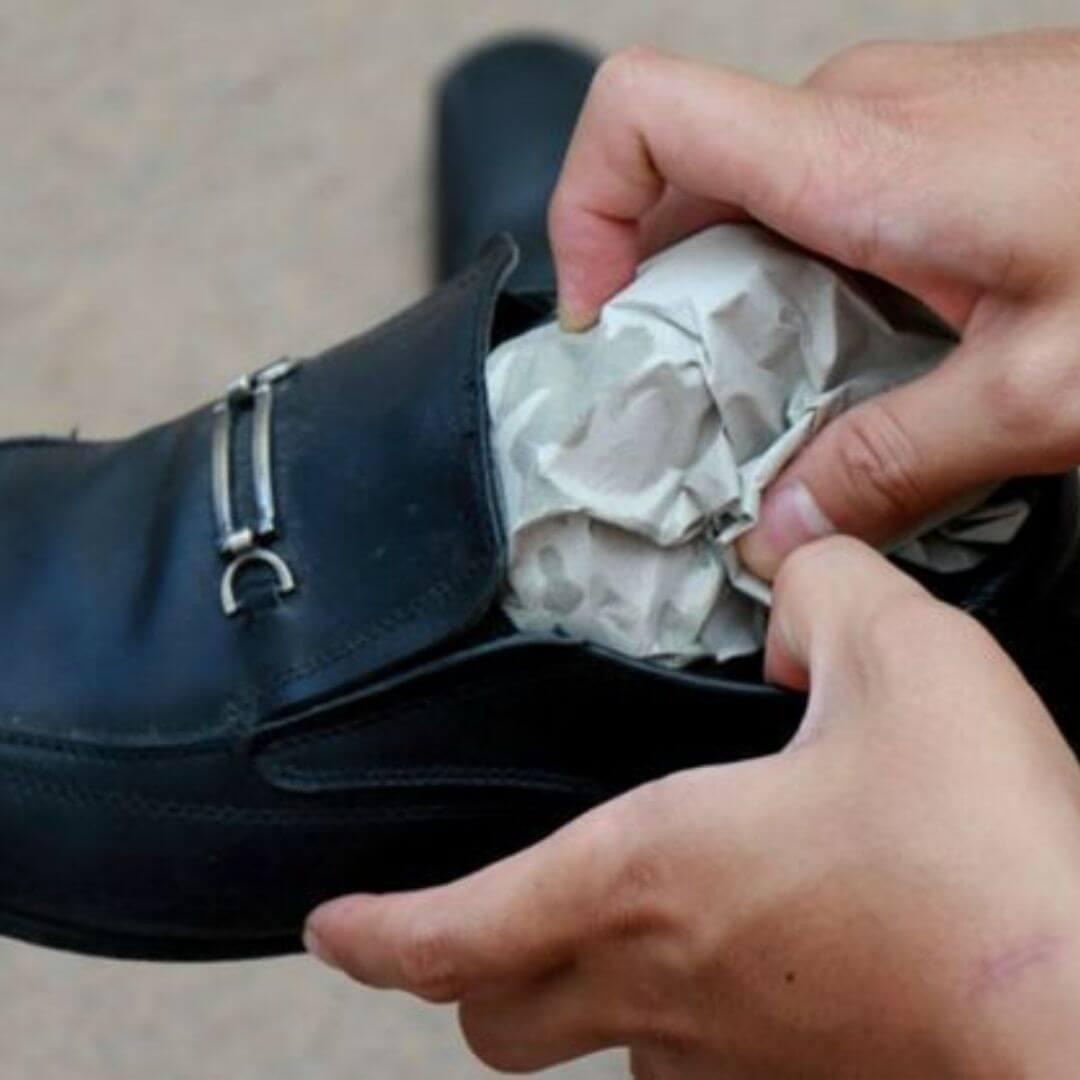 Étirez les chaussures facilement avec des boules de papier